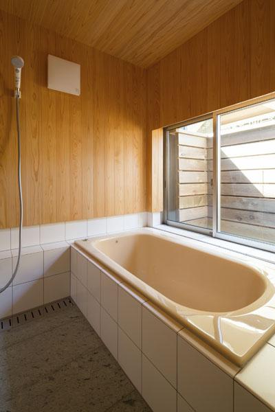 板張りの浴室
