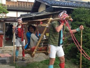 諏訪大社上社の御柱祭、かごに乗せてもらいました